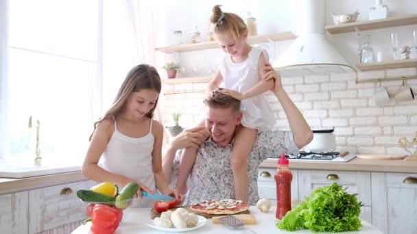 Otce a dcery mají zábavu v kuchyni
