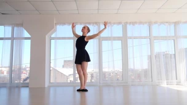 junge hinreißende Ballerina übt Ballettbewegungen