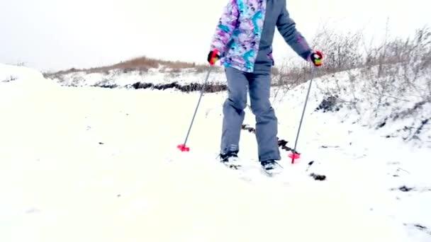 Zimní dívka poutají při lyžování