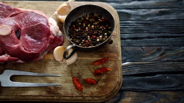 Kousek surového jehněčího masa