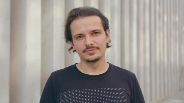 mladý muž s úsměvem venku