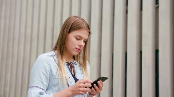 junge Frau telefoniert in der Stadt