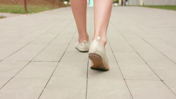 Mladé dámy nohy chůzi