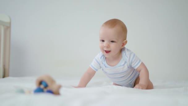 Aranyos baba csúszó ágyon otthon