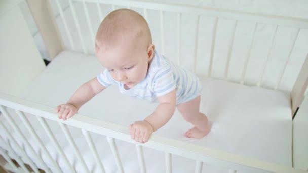 Roztomilý Baby hraje v její postýlce doma