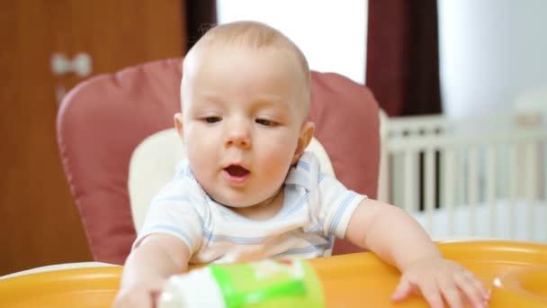 Roztomilé dítě hrát doma na křesle