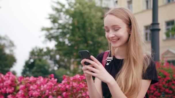 Mladá zrzka Lady pomocí telefonu ve městě