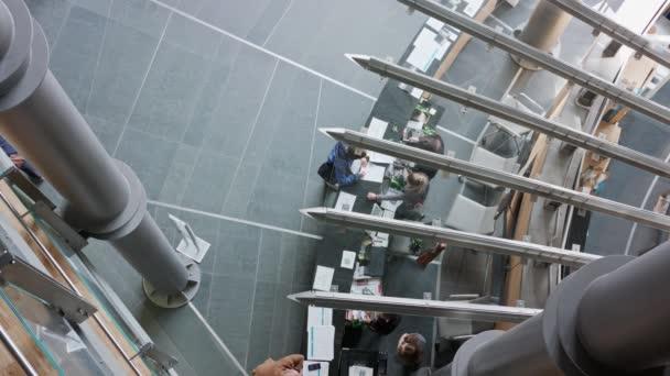 Interiér je moderní kancelář. Pohled z vysokého úhlu