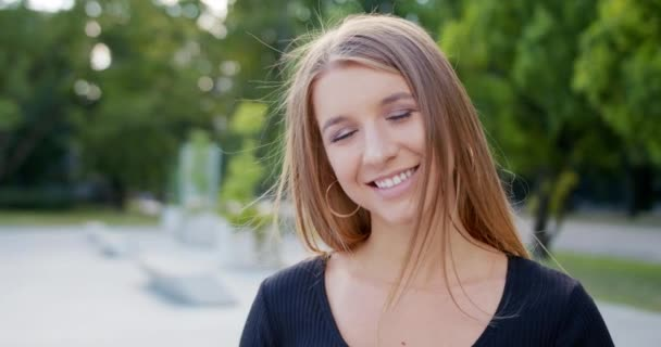 Fiatal hölgy mosolyogva szabadban. Érzelem