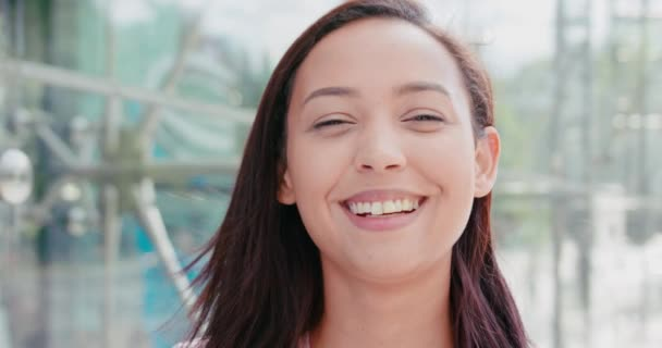 Ifjú barna hölgy mosolygós szabadban