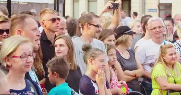 Zuschauer beobachten ein Ereignis im Freien