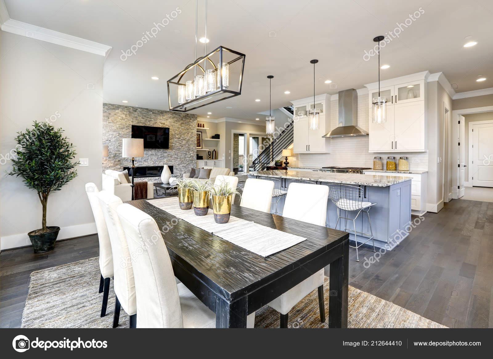 Belle cuisine de luxe moderne contemporain intérieur de la maison avec lîle et chaises image de