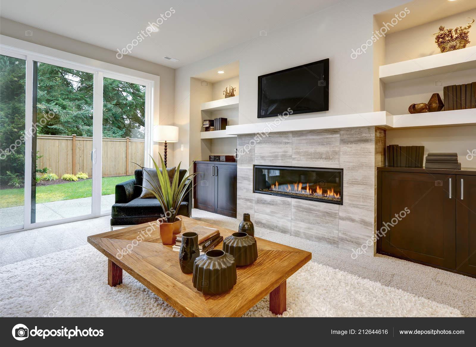 int rieur beau salon moderne avec mur pierre chemin e dans. Black Bedroom Furniture Sets. Home Design Ideas