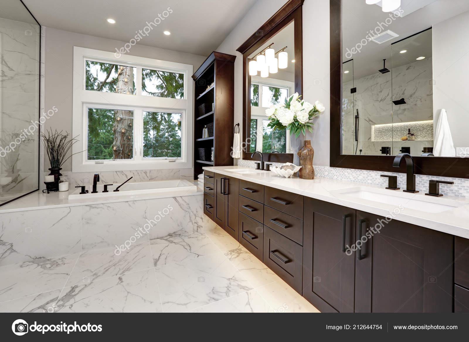 Mobili Di Lusso Moderni : Interno bagno padronale casa lusso moderno con mobili legno scuro