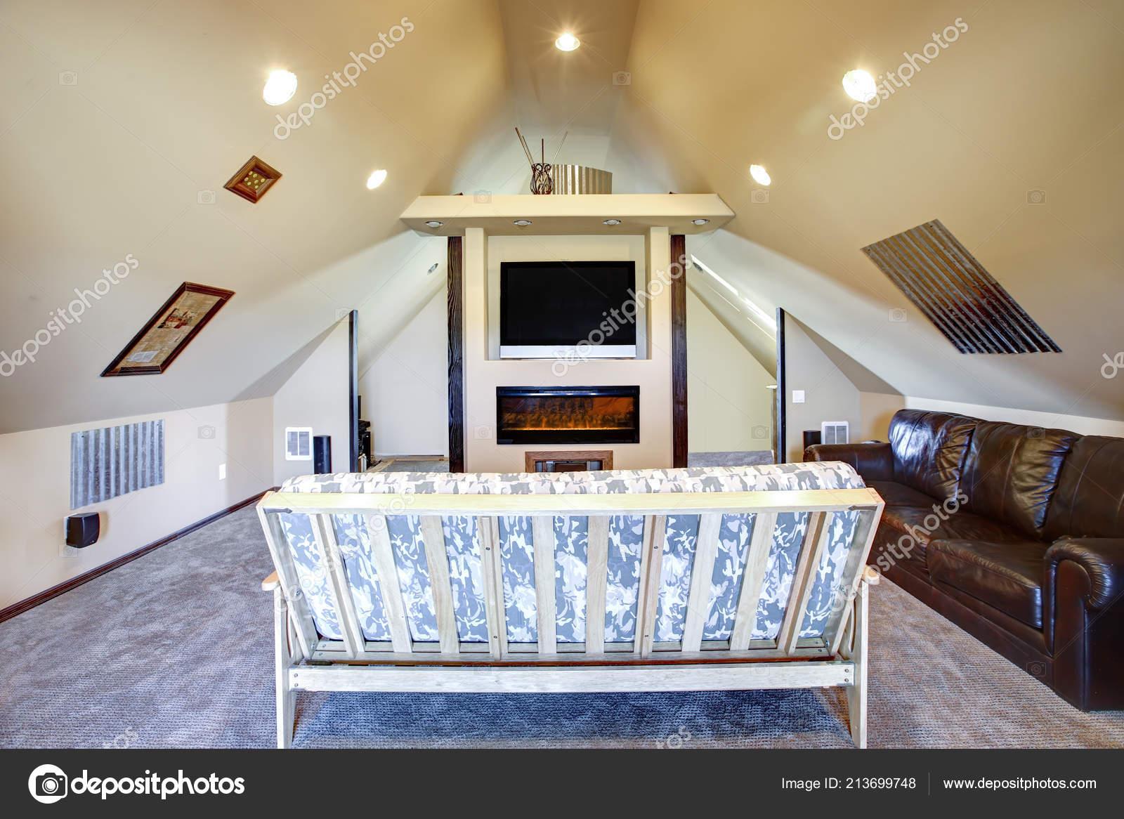 Schickes Dachgeschoss Wohnzimmer Mit Dachschräge Ranch Haus ...