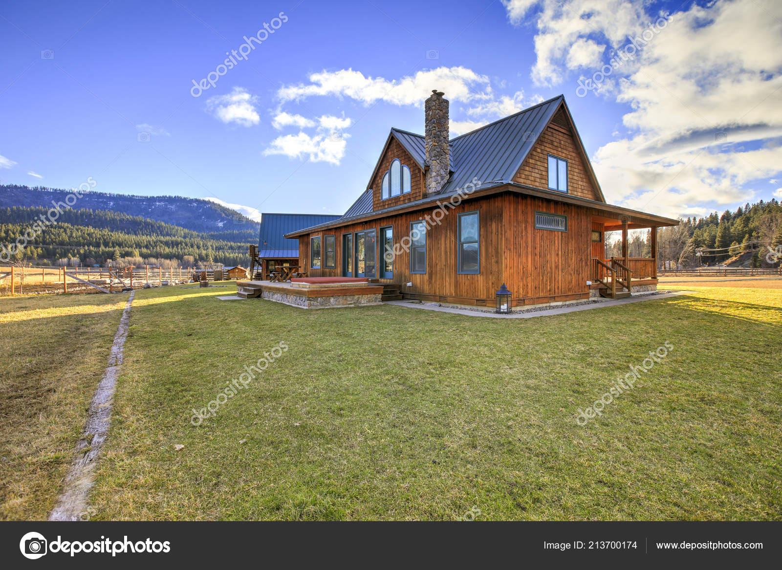 Beau Style Ranch Maison Dispose Une Terrasse Bois Avec Mobilier ...