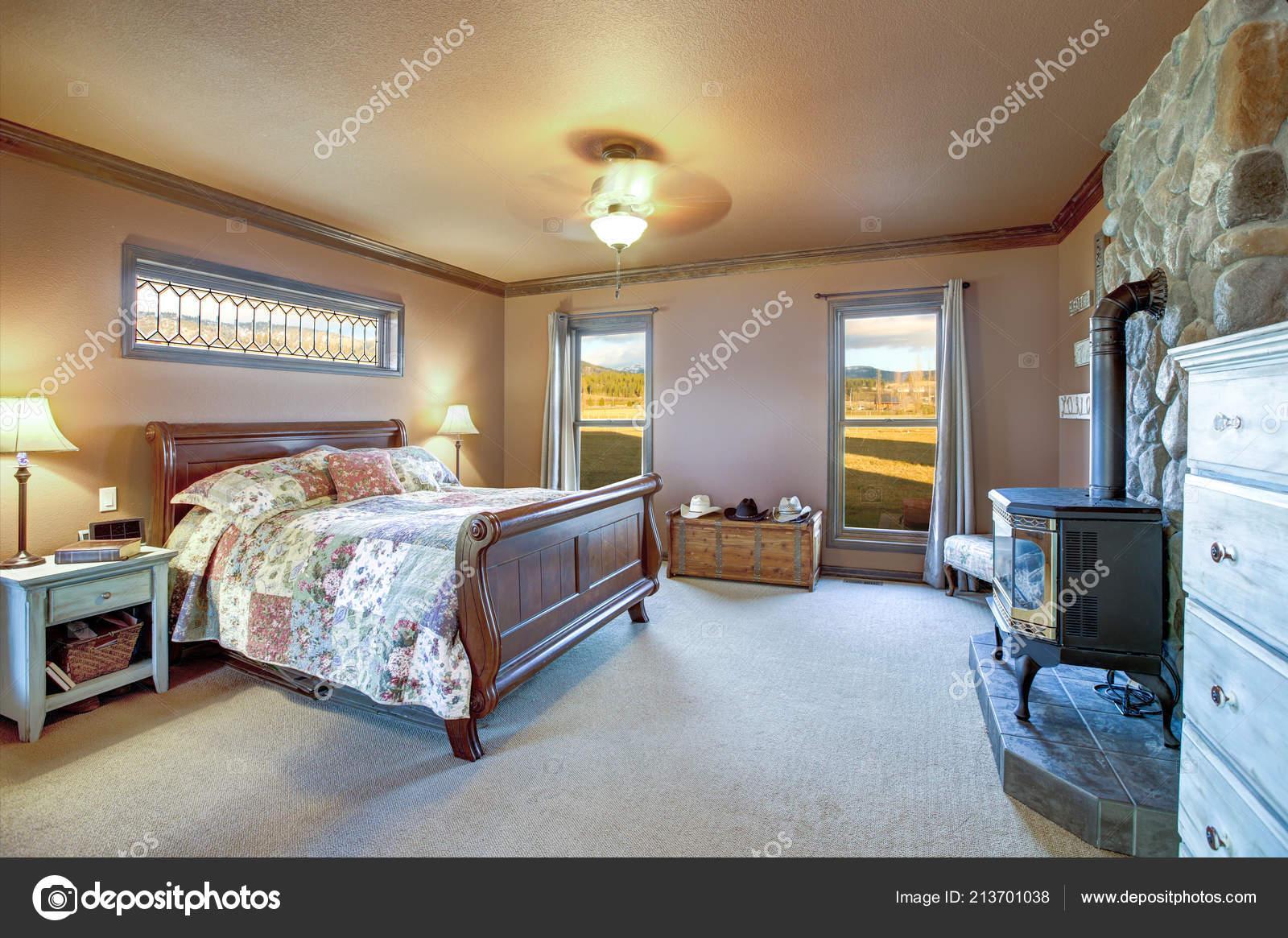 мастер спальня интерьер кровати деревянные сани старый дровяные печи