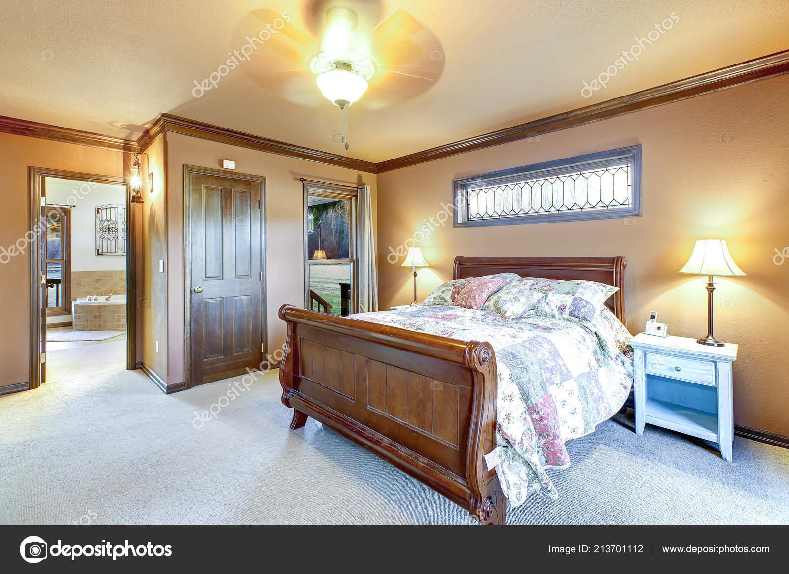 интерьер спальни деревянных санях Bed северо запад сша стоковое