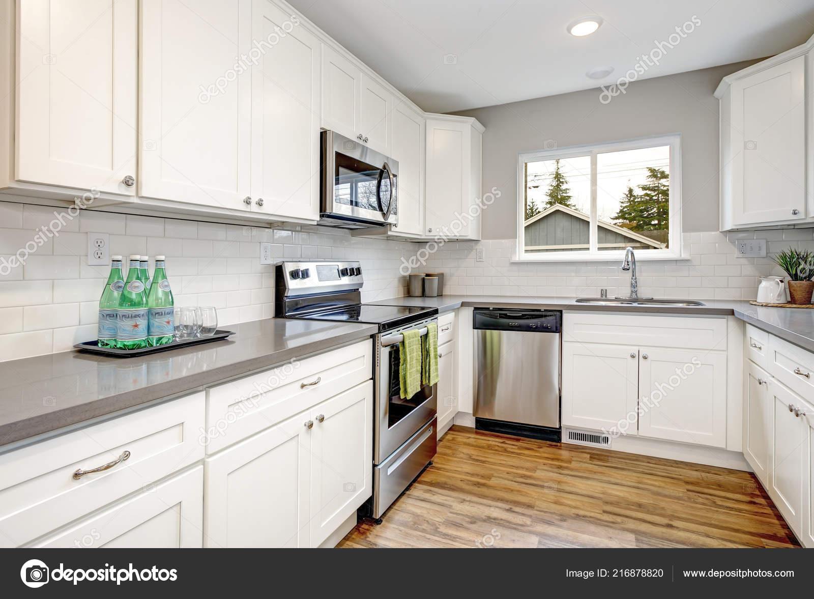 Sitio cocina blanca gris con electrodom sticos modernos acero inoxidable encimeras foto de - Cocina blanca encimera gris ...