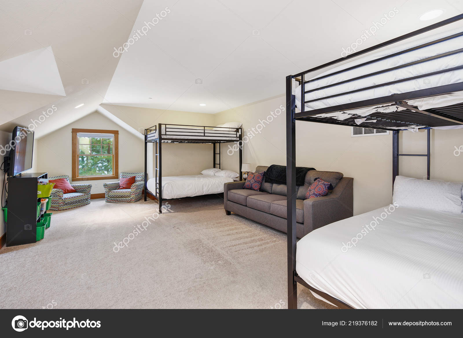 White Grey Attic Bunk Room Vaulted Ceiling Lots Space — Stock Photo on