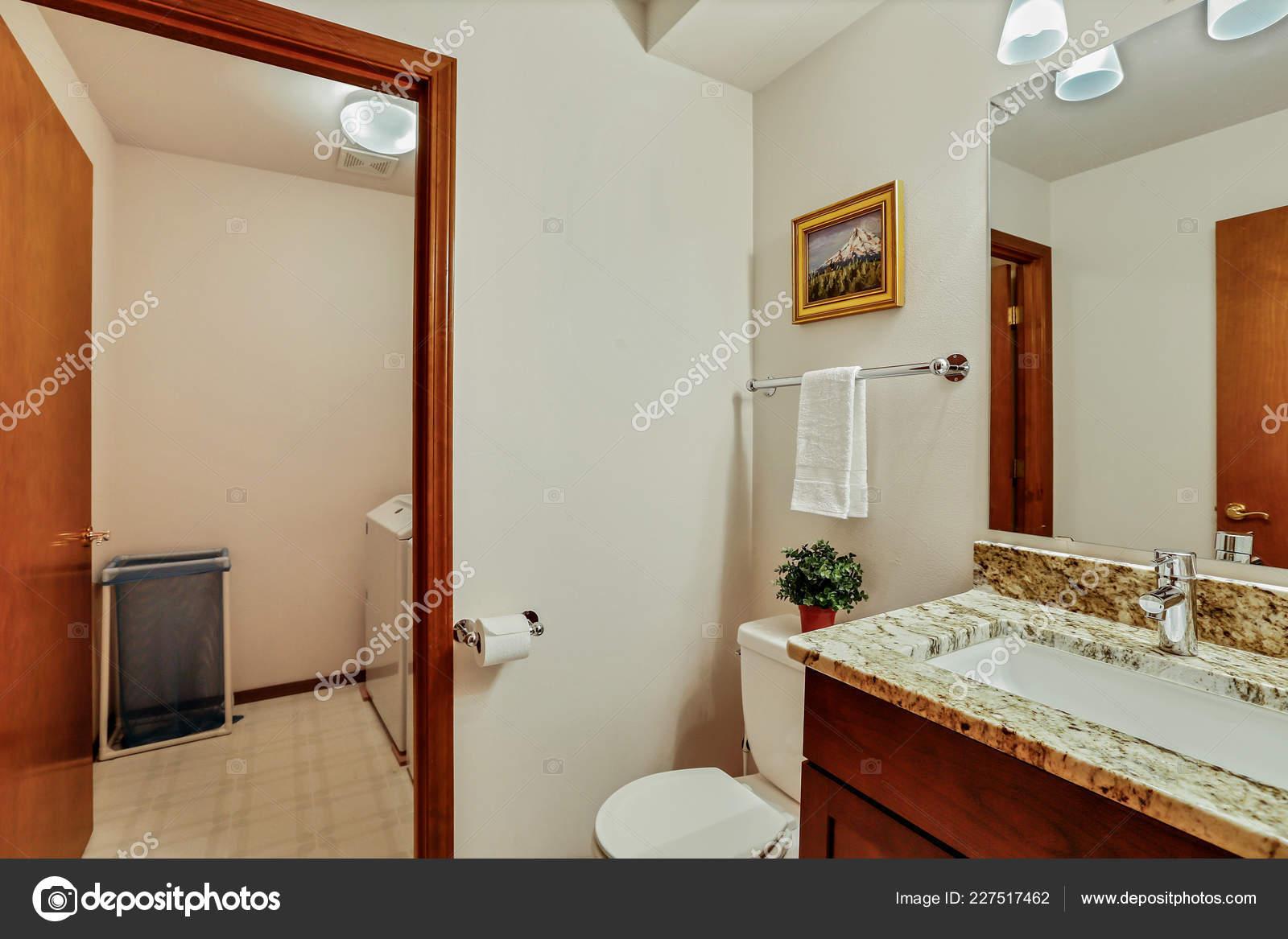 Kleine Gäste Badezimmer Mit Holz Eitelkeit Und Offene Tür U2014 Stockfoto