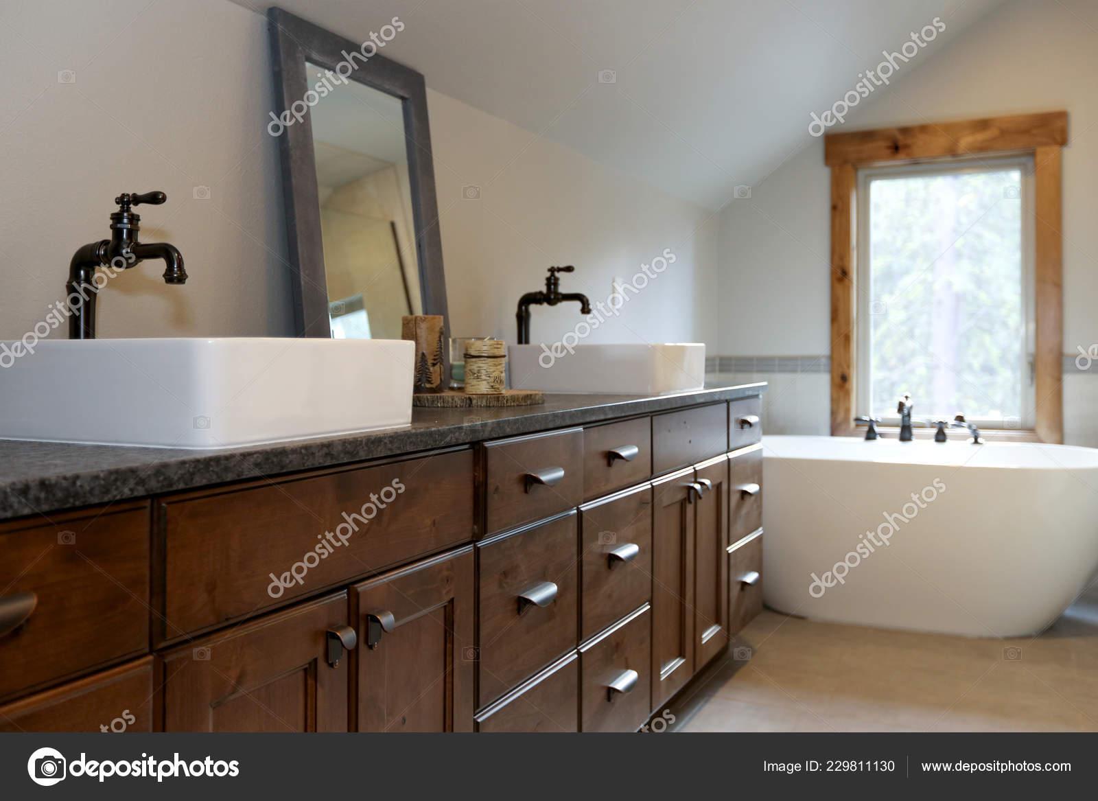 Bagni Per Case Di Campagna : Bagno meravigliosamente progettato una casa campagna dispone doppio