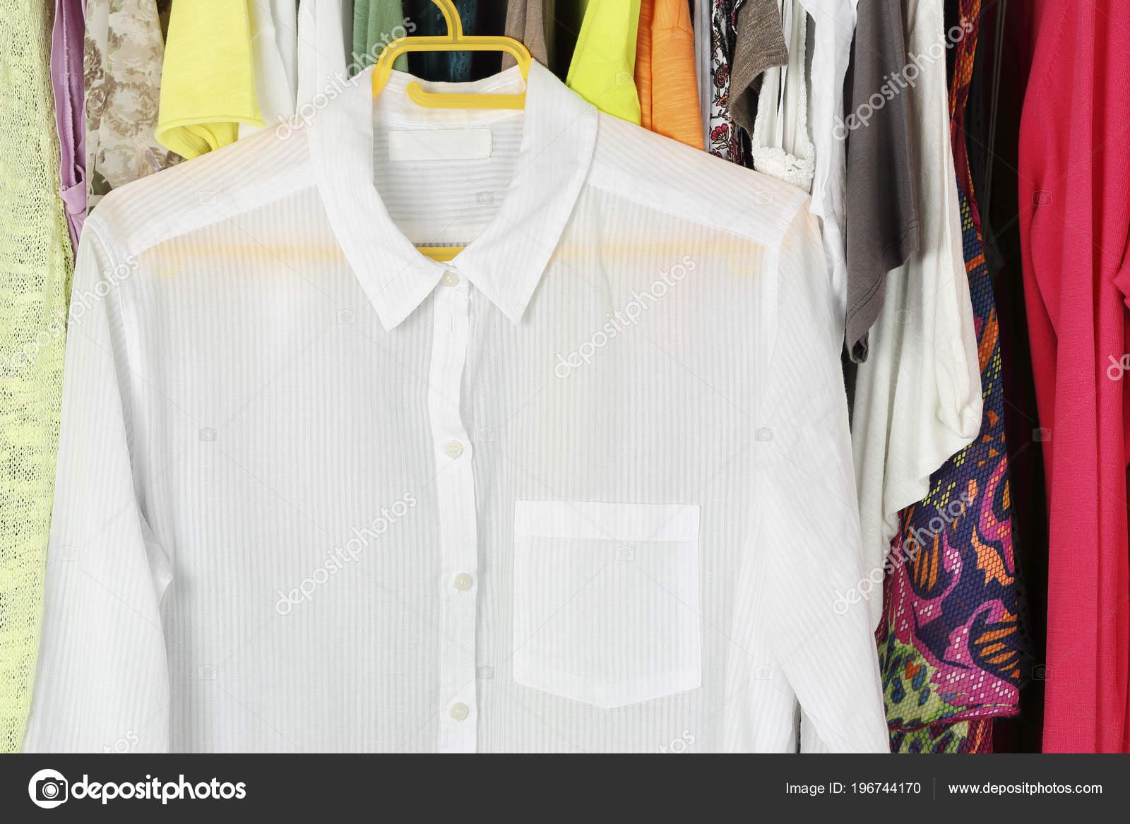 Λευκή Διάφανη Μπλούζα Κρεμάστρα Μπροστά Από Άλλα Γυναικεία Ρούχα Στην —  Φωτογραφία Αρχείου 64af1722fb8