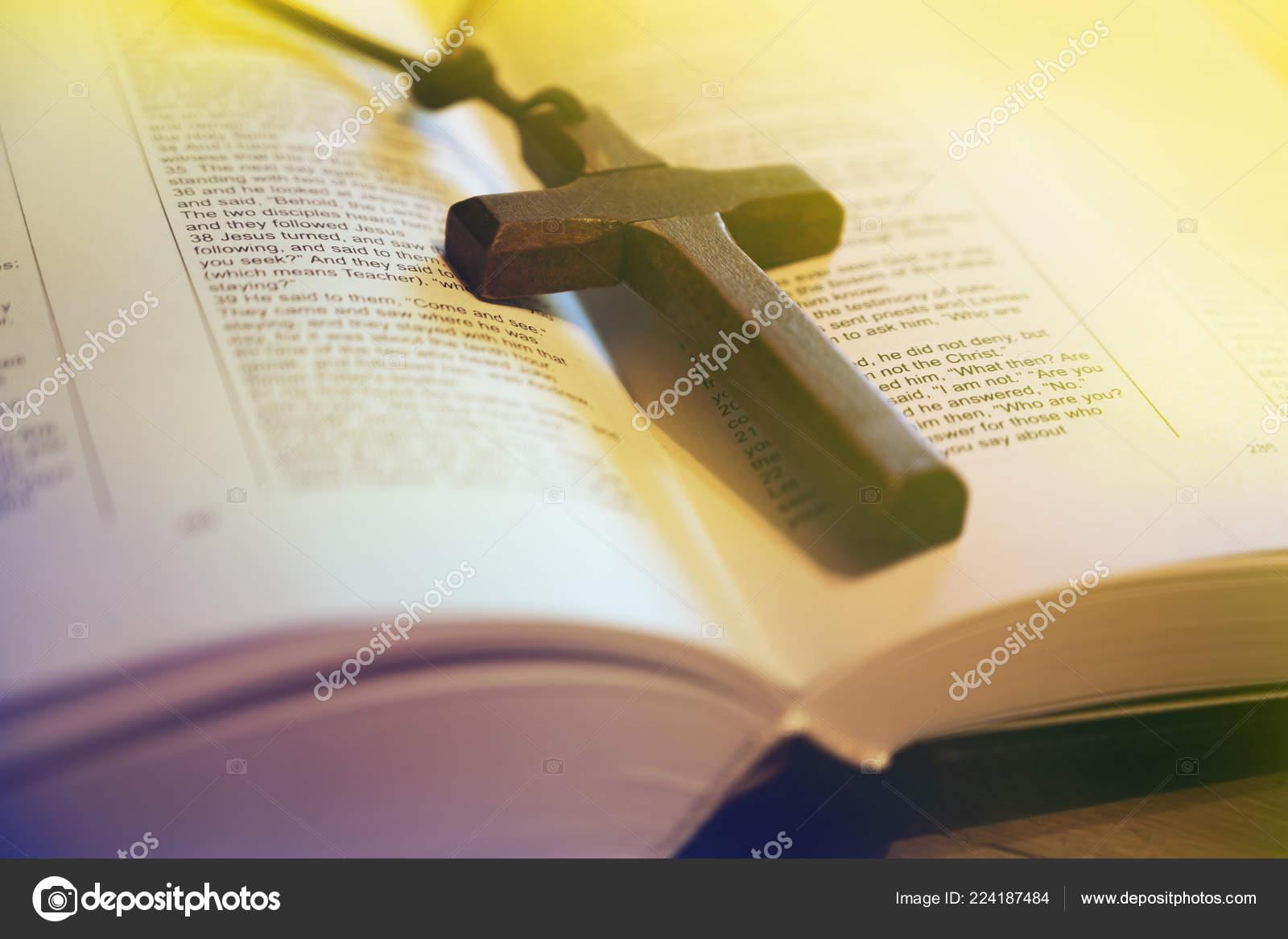 открытый библии и деревянный крест стоковое фото