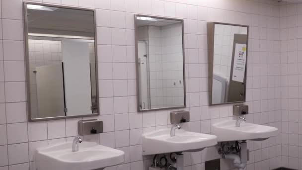 Pohyb z čisté nové veřejné WC pokoji