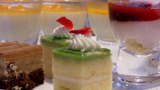Bewegung von Mango-Mousse und Mini-Kuchen auf dem Tisch im Restaurant