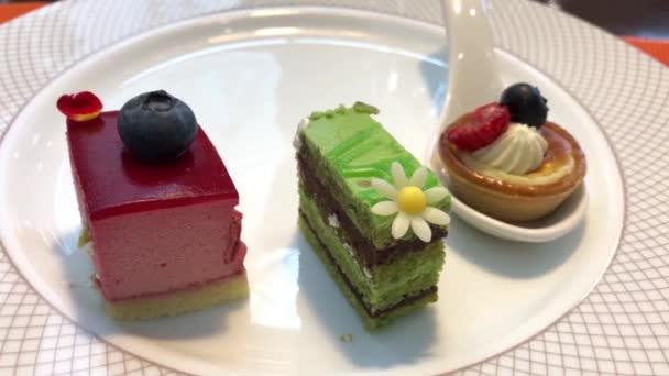 Bewegung von Mini-Kuchen auf dem Tisch im Restaurant