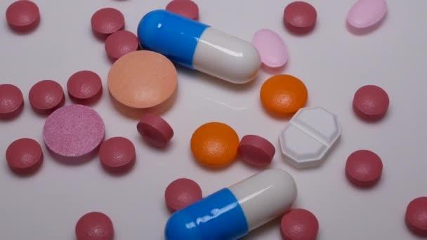 Drehen von Pillen und Tabletten auf weißem Hintergrund