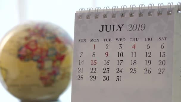 Pohyb z července 2019 kalendář s rozostření zemi světa otáčení pozadí