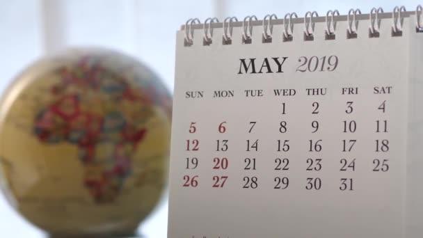 Pohyb z května 2019 kalendář s rozostření zemi světa otáčení pozadí