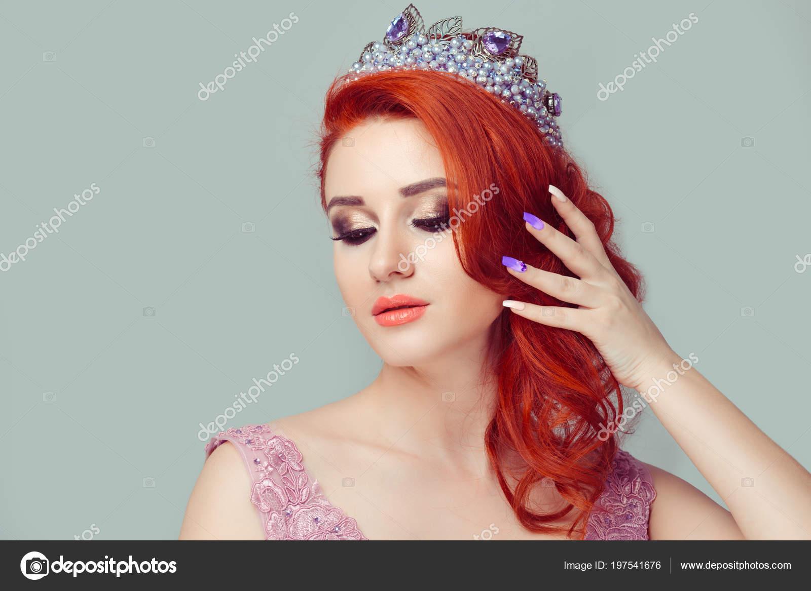 Schönes Mädchen Eine Rosa Farbe Perlen Krone Auf Seite Nach