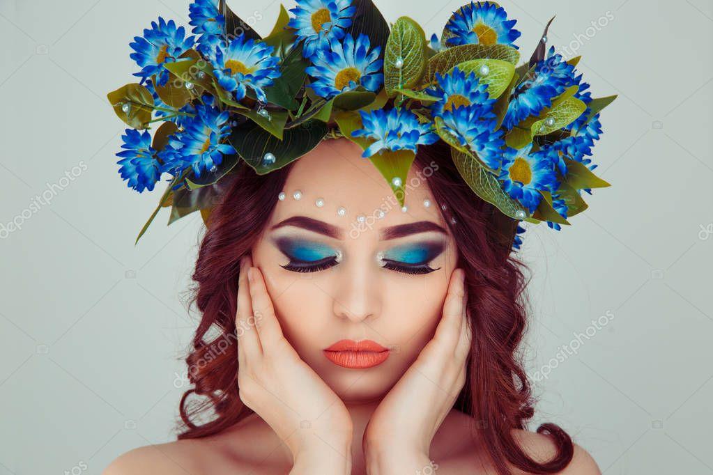 Krásná Mladá Žena Úsměvem Modelu Daisy Květiny Hlavu Květinová Čelenka —  Stock Fotografie © HBRH  200863684 820ef63917