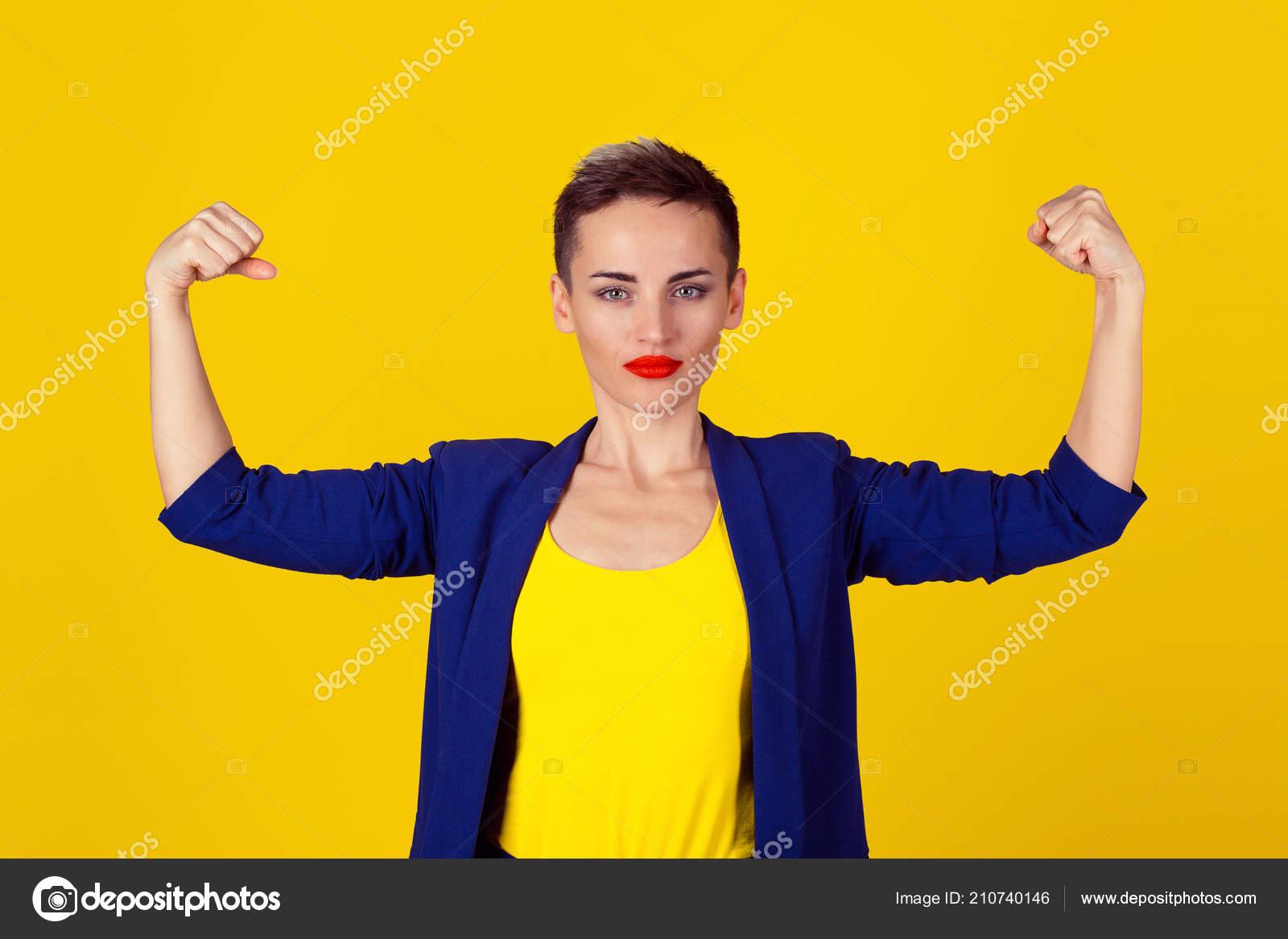 f3dbcf1960d1 Mujer Confianza Poderosa Flexionando Sus Músculos Aislados Sobre ...