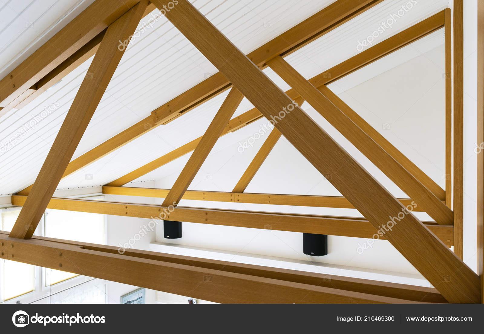 Moderne Holzbalken Decke Und Leuchten Den Eichenholzplatten Eingebettet Hallendeckenkonstruktion Innenraum Stockfoto C Bigtunaonline 210469300