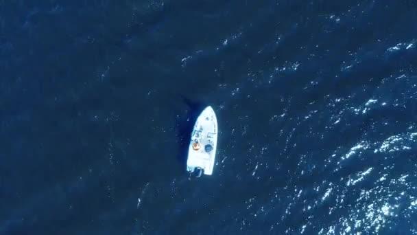 Légitekintő horgász a hajón az óceánnál. Top view légi halászat a hajón. Légi nézet halászhajó horgászhajóval. Tengervíz-hullámok tükröződése. Motorcsónak az óceánban.