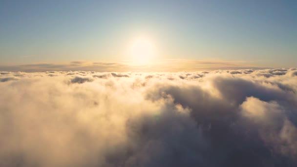 Čas vypršel krásné oranžové nebe s mraky pozadí při západu slunce. Načasování bílých mraků s modrou oblohou. Letět pohybující se oblačnou krajinou. Struktura mraků. Panoramatický výhled. Mraky v pohybu