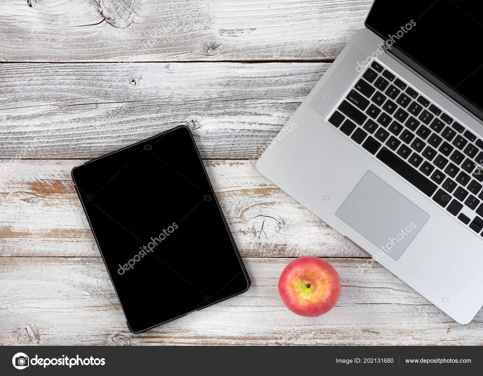 Retour École avec concept technologie moderne sur blanc bureau