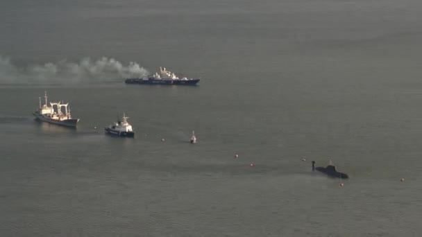 Felülnézet hajók parti őrség a felderítő Igazgatóság a szövetségi biztonsági szolgálat Oroszország északi-sarkvidék keleti és az orosz tengeralattjáró hajó Csendes-óceánon. Kamcsatka-félszigeten. Idő telik el