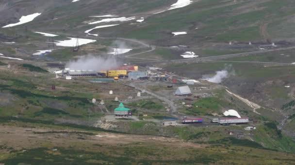 Kamtschatka, Russisch Fernost - 12. September 2018: Herbst Draufsicht auf Mutnovskaya Geothermie-Kraftwerk Nutzung von Geothermie zur Stromerzeugung; Rauchen Dampfwolken aus den Rohren.