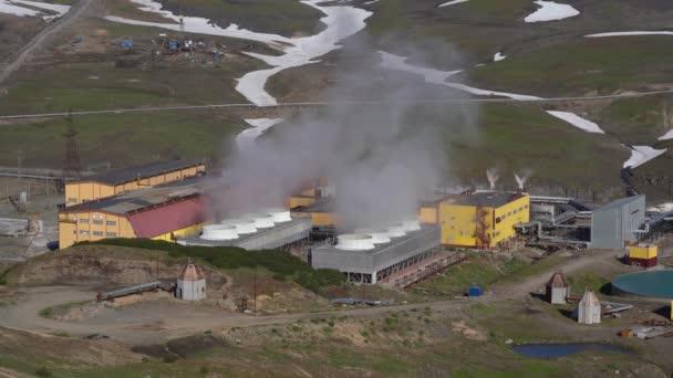 Kamtschatka, Russisch Fernost - 12. September 2018: Herbst Draufsicht auf Mutnovskaya Geothermie-Kraftwerk, Geotherm Jsc (Pjsc Rushydro) Nutzung von Geothermie zur Stromerzeugung.