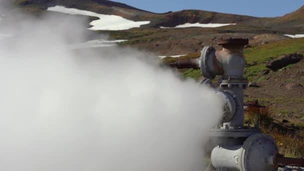Emission von natürlichem Mineral Thermalwasser, Dampf (Dampf-Wasser-Gemisch) aus geologischen Brunnen in geothermischen absetzbereich, geothermischen Kraftwerk, Neigung des aktiven Vulkans Mutnovsky, Kamtschatka
