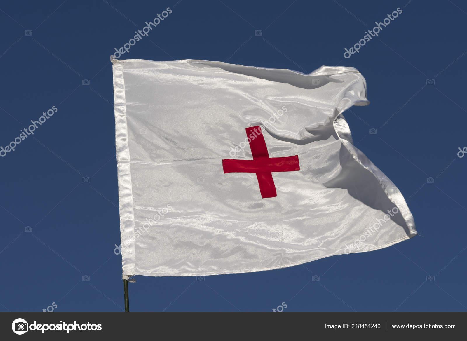 Bandiera Della Croce Rossa Sviluppo Nel Vento Sul Cielo Sfondo
