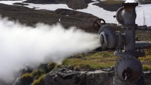 Emission von mineralischen thermische Dampf-Wasser-Gemisch aus geologischen gut im Bereich Geothermie Kaution, Geothermie-Kraftwerk am Hang des Vulkan Mutnovsky. Russischen Fernen Osten, Kamtschatka.