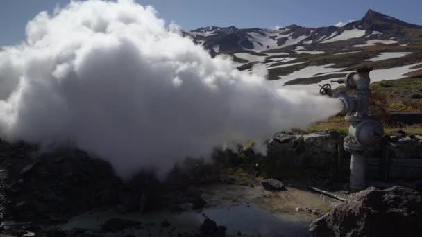 Emission von natürlichem Mineral Thermalwasser, Dampf (Dampf-Wasser-Gemisch) aus geologischen gut im Bereich Geothermie Kaution, Geothermie-Kraftwerk am Hang des Vulkan Mutnovsky. Kamtschatka