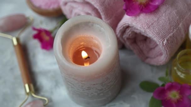 Žhavená hořící svíčka s vanou solí, květinami a oleji, životní prostředí