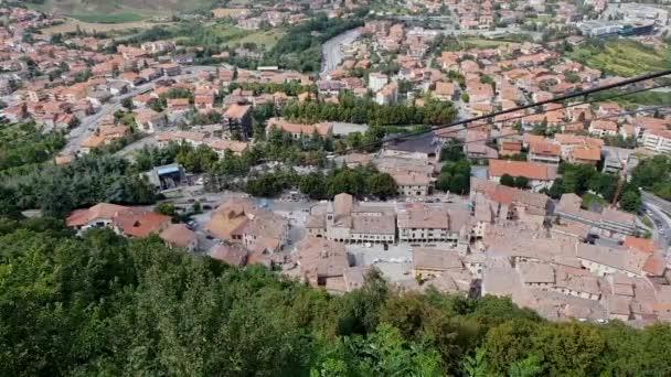 Letecký pohled na střechy, hory a plány na italské území